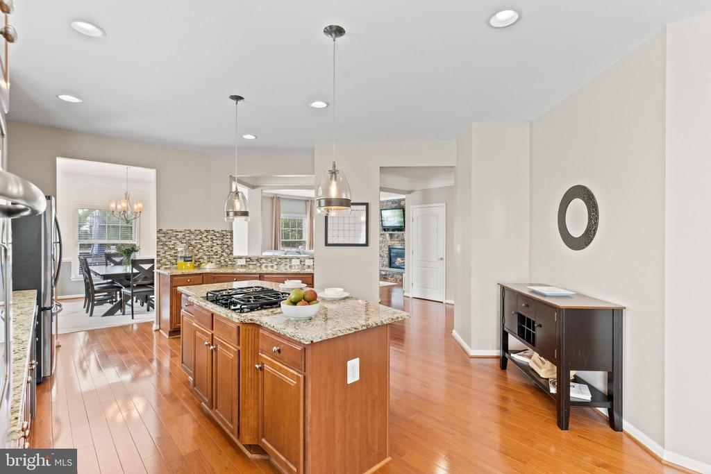 ...gas cooking, tons of cabinet and counter space! - 41959 ZIRCON DR, ALDIE
