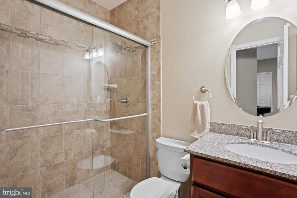 The lower level full bath is also upgraded! - 41959 ZIRCON DR, ALDIE