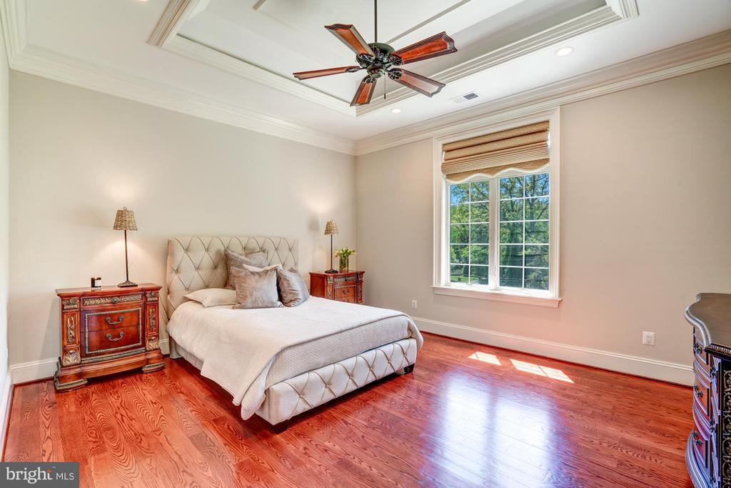 En-suite Guest Bedroom 1 - 8334 ALVORD ST, MCLEAN