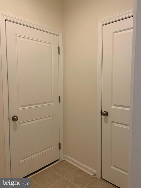 Garage foyer - ceramic tile - closet - 42426 DOGWOOD GLEN SQ, STERLING