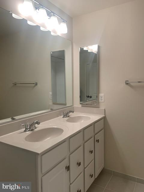 Upper level hall bath double vanity - 42426 DOGWOOD GLEN SQ, STERLING