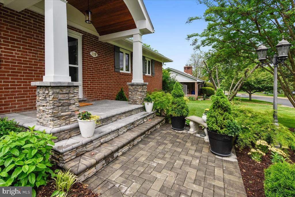 Welcoming porch/portico - 119 WOODBERRY RD NE, LEESBURG