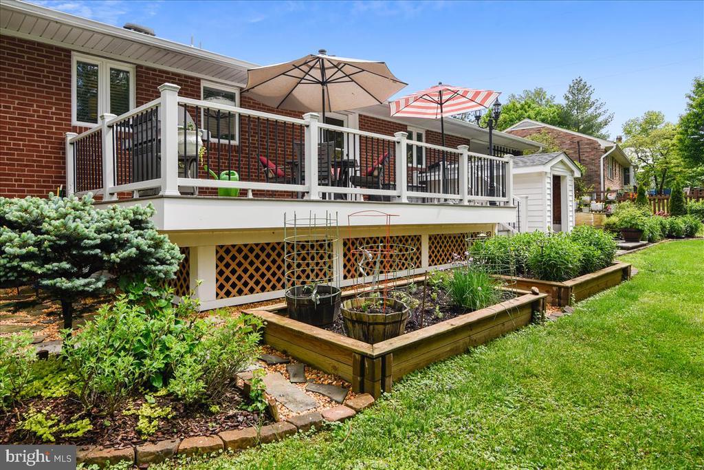 Raised gardens, beautiful landscaping - 119 WOODBERRY RD NE, LEESBURG