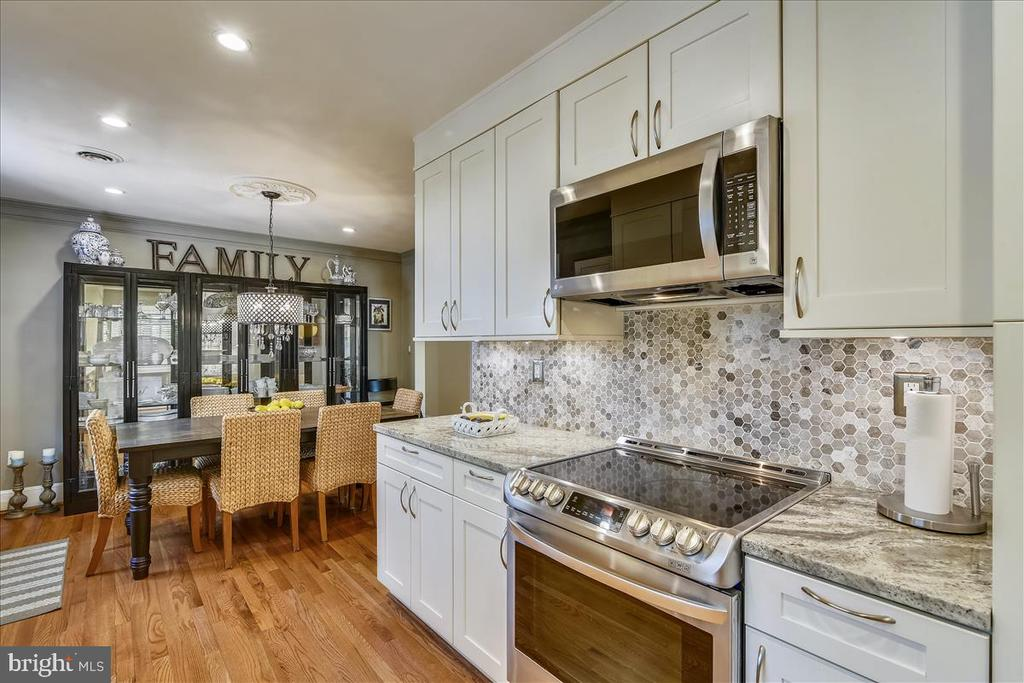 Kitchen opens to dining room - 119 WOODBERRY RD NE, LEESBURG
