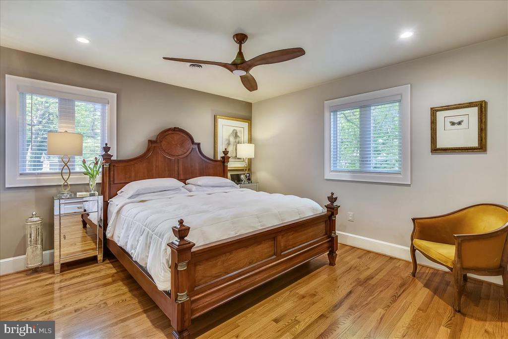 Main level primary bedroom with lots of windows - 119 WOODBERRY RD NE, LEESBURG
