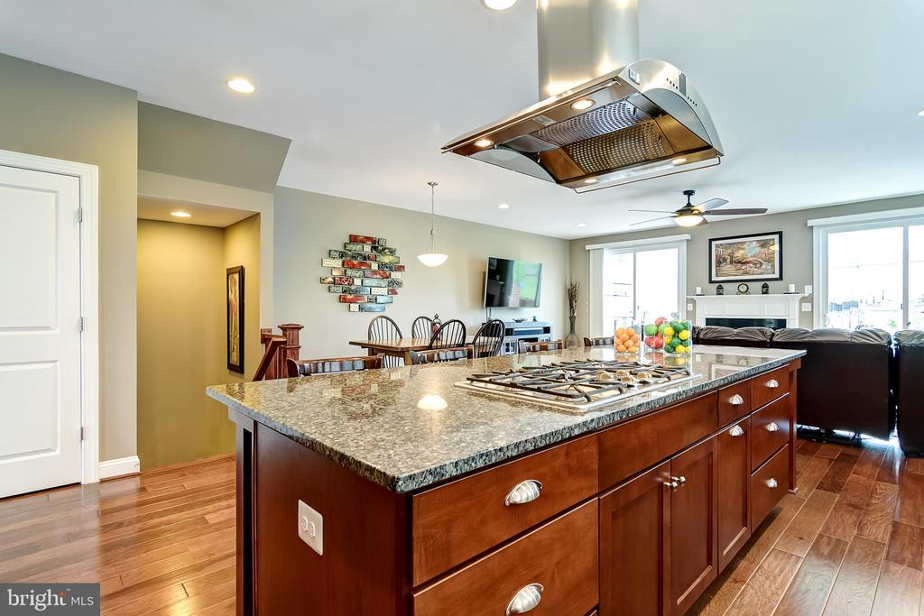Huge kitchen island - 42238 PALLADIAN BLUE TER, BRAMBLETON