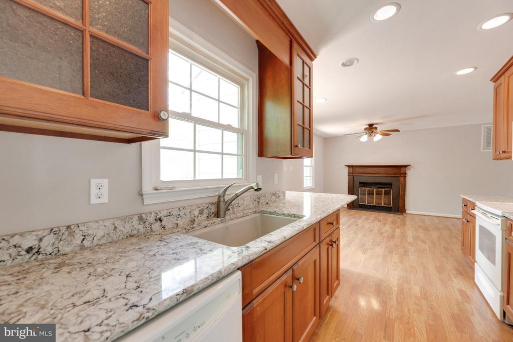 Updated modern kitchen - 13406 PARCHER AVE, HERNDON