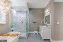 Large primary bath with double vanity - 9064 ANDROMEDA DR, BURKE