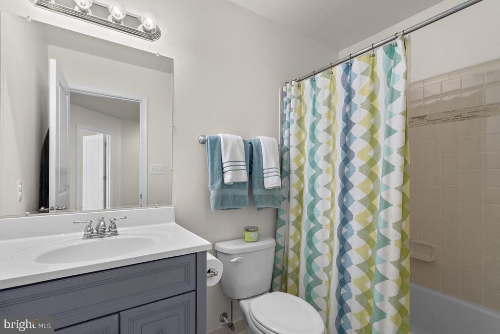 Hall Bathroom - 23636 SAILFISH SQ, BRAMBLETON