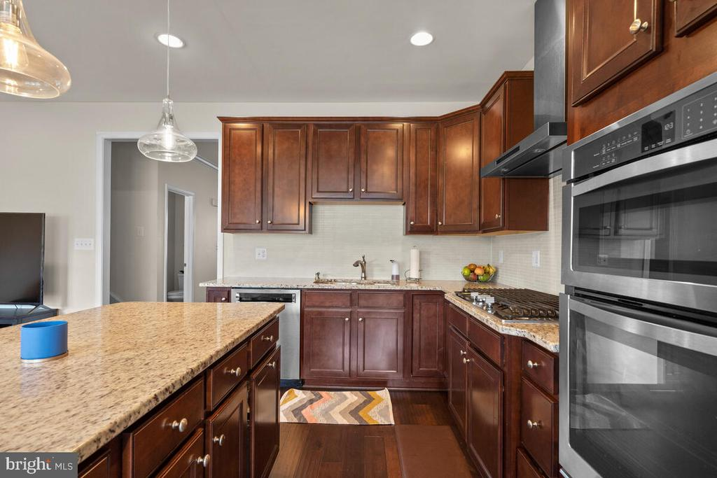 Double Wall Oven for all your cooking needs! - 23636 SAILFISH SQ, BRAMBLETON