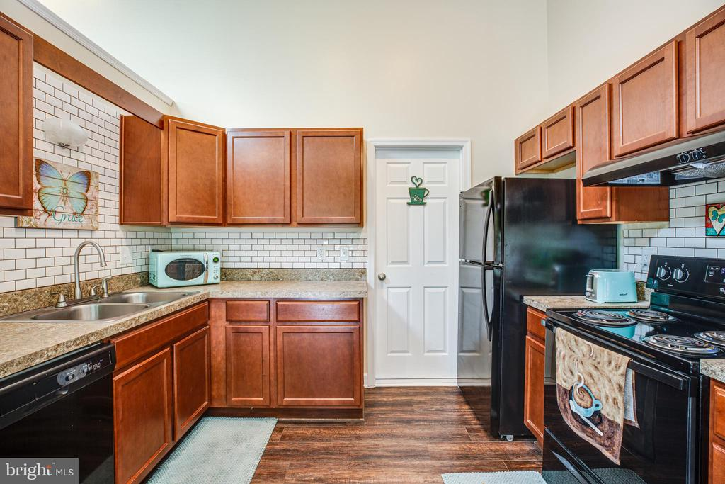 Separate laundry room with pantry off of kitchen - 6300 TAVERNEER LN, SPOTSYLVANIA
