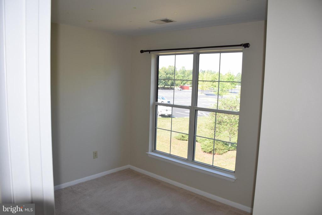 Primary Bedroom with Lots of Light - 44188 MOSSY BROOK SQ, ASHBURN
