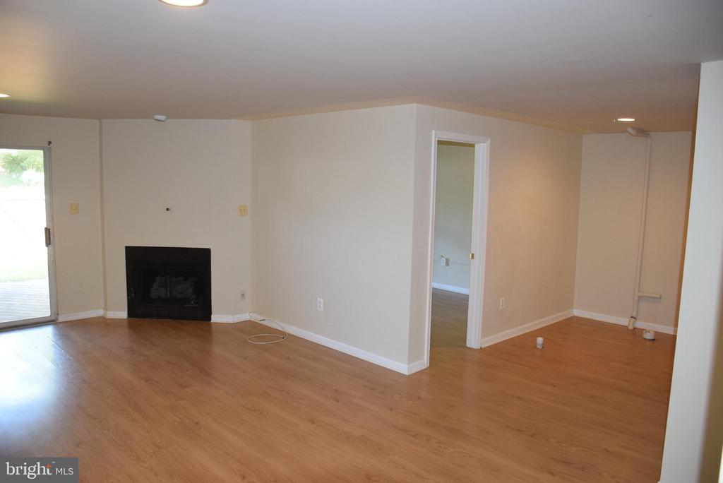 Lots of Space for Family Gatherings - 44188 MOSSY BROOK SQ, ASHBURN