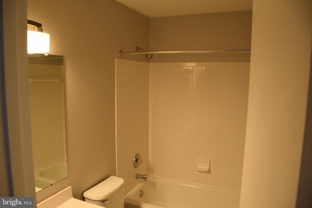 Second Full Bath - 44188 MOSSY BROOK SQ, ASHBURN