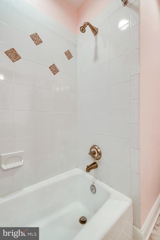 Shower/tub combo in full bathroom off bedroom #3 - 1904 MALLINSON WAY, ALEXANDRIA