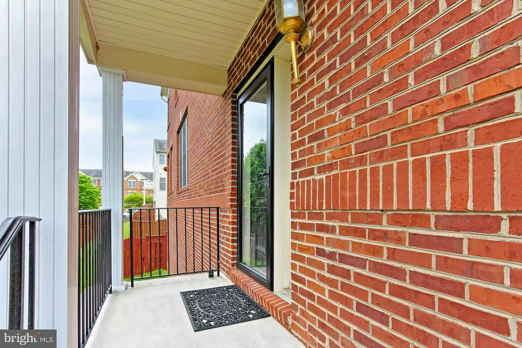 Private Covered Entrance - 42329 CAPITAL TER, CHANTILLY