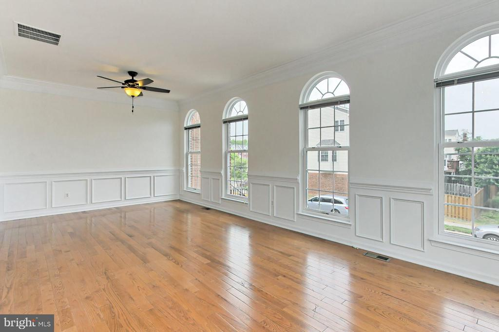 Gorgeous Wood floors & Custom Molding! - 42329 CAPITAL TER, CHANTILLY