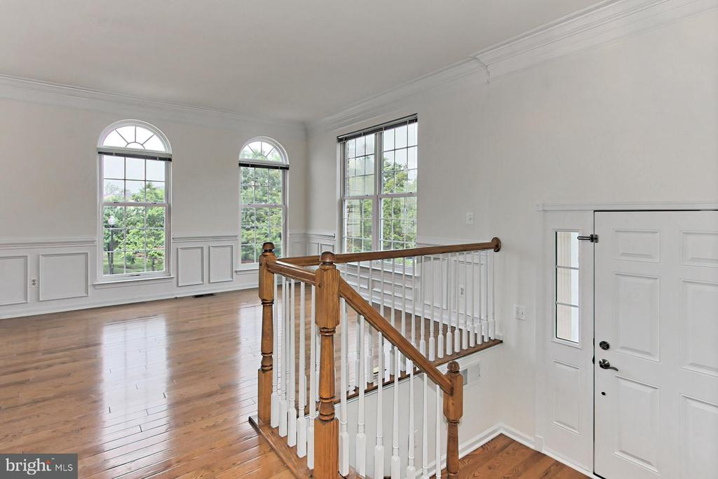 Foyer opens to the spacious main level - 42329 CAPITAL TER, CHANTILLY