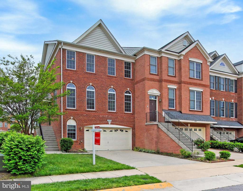 Beautiful End Unit Townhouse w/ over 3,100  sq ft! - 42329 CAPITAL TER, CHANTILLY