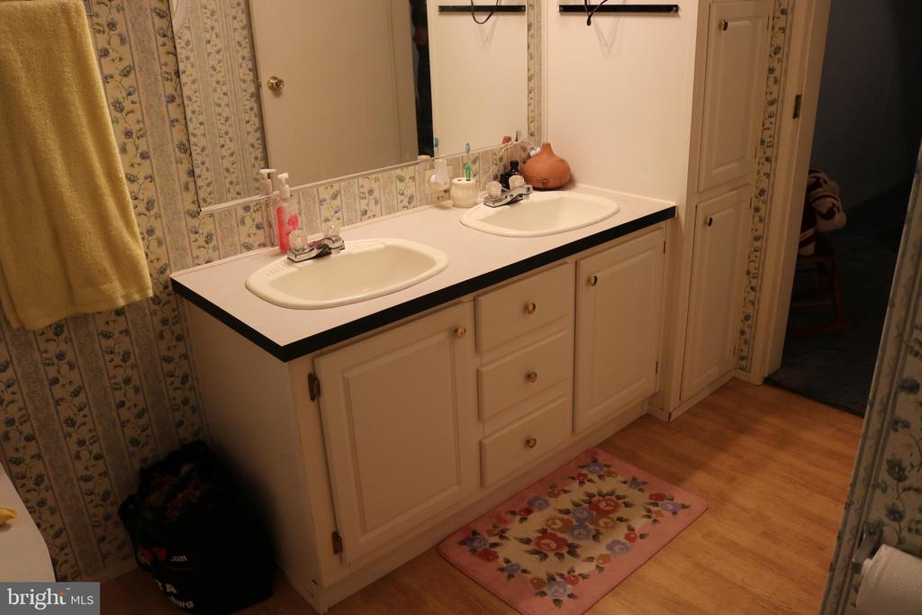 Primary Bath with Dual Vanities - 13708 GABRIEL CT, SPOTSYLVANIA