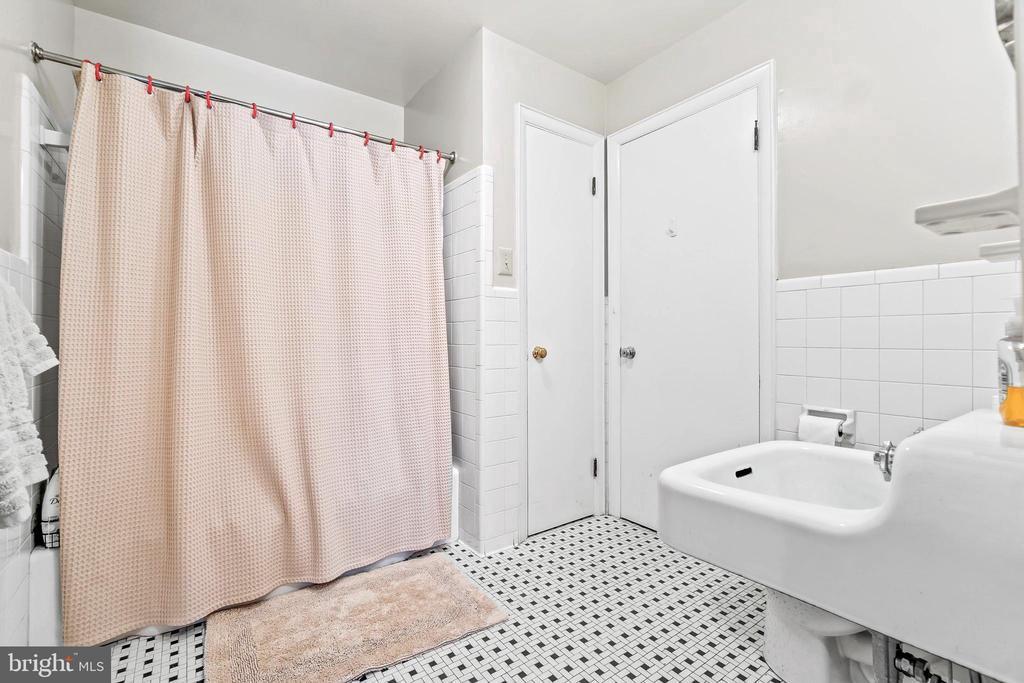 Hall Bathroom - 5898 COVE HARBOUR, KING GEORGE