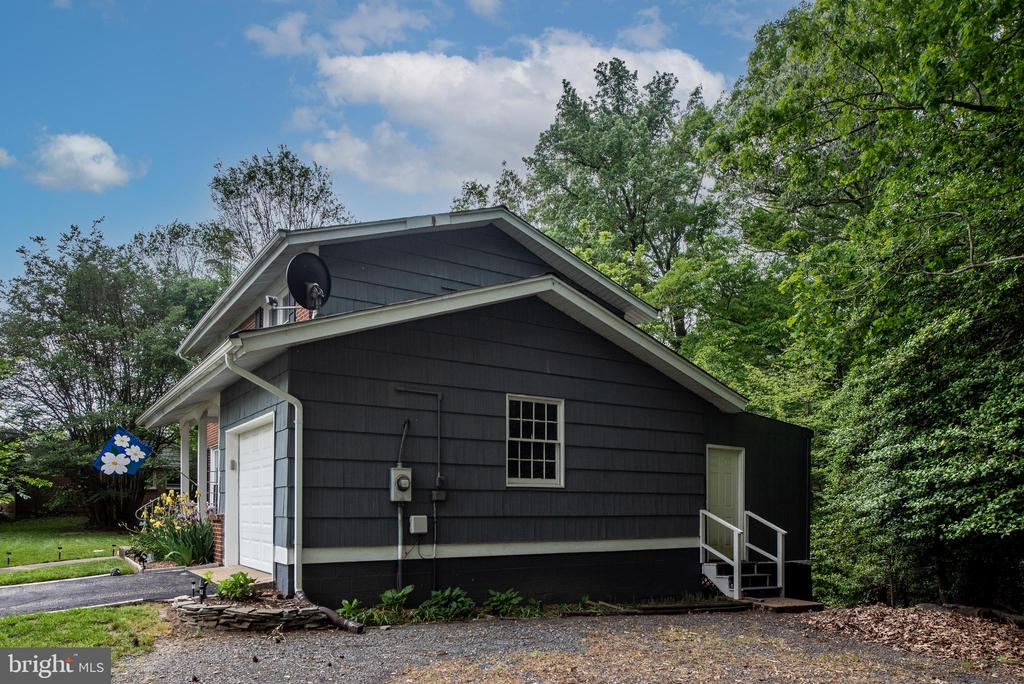 Extra parking with door to the workshop - 16187 BALTIC PL, KING GEORGE