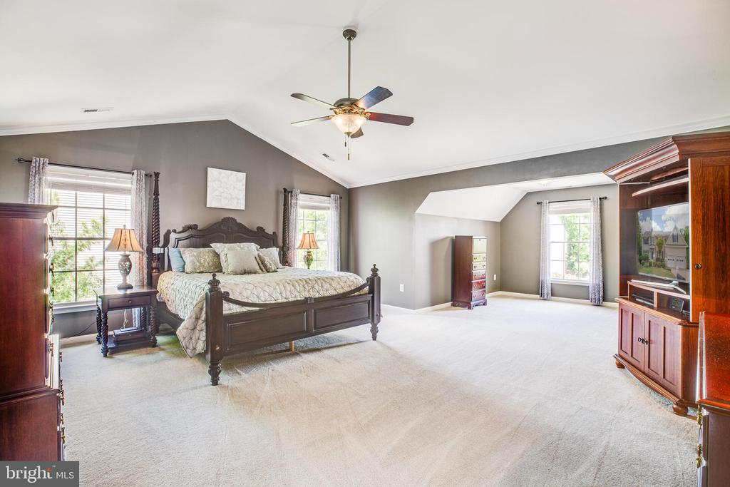 Spacious master suite with sitting area - 29 WALLACE LN, STAFFORD