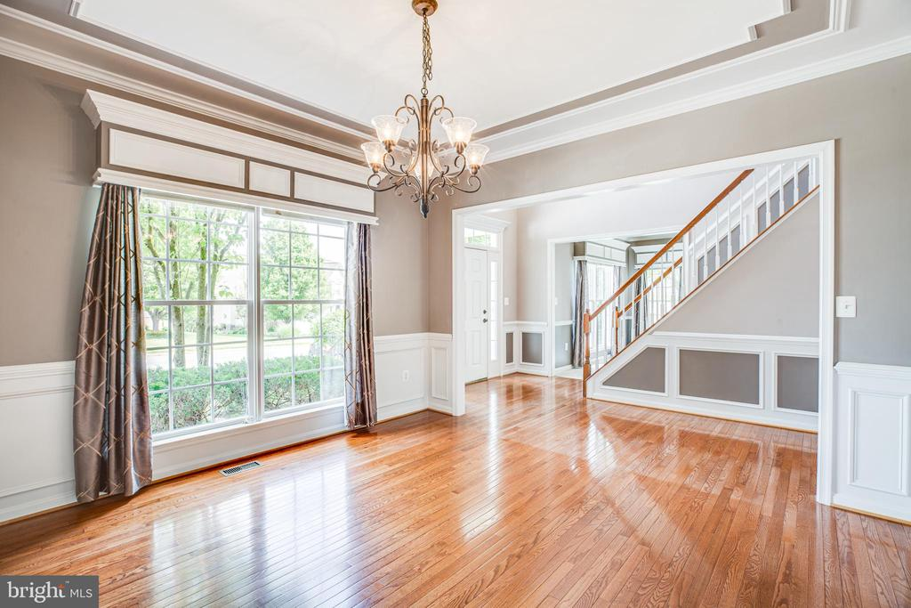 Formal dining room, hardwoods and ceiling detail - 29 WALLACE LN, STAFFORD