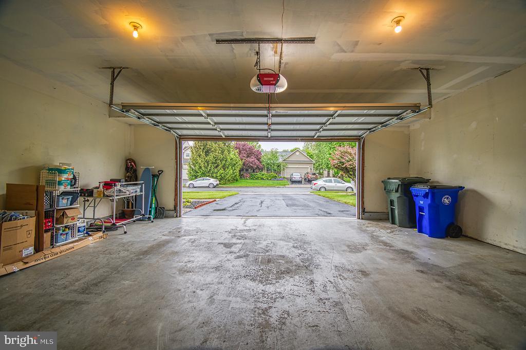 Oversized Garage - 103 CROSSING POINTE CT, FREDERICK
