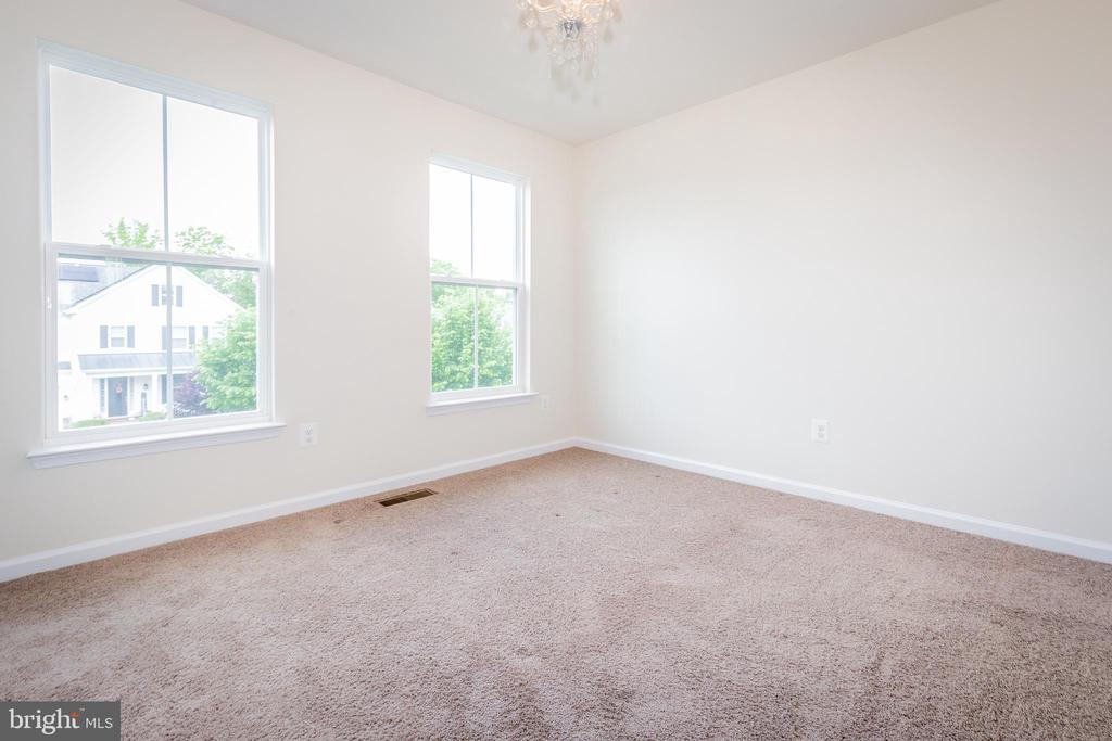 4th bedroom with private bathroom. - 502 APRICOT ST, STAFFORD