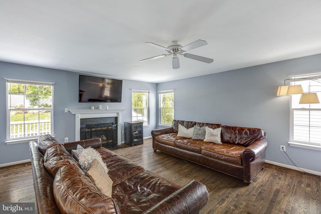 Cozy Fireplace - 20443 MIDDLEBURY ST, ASHBURN