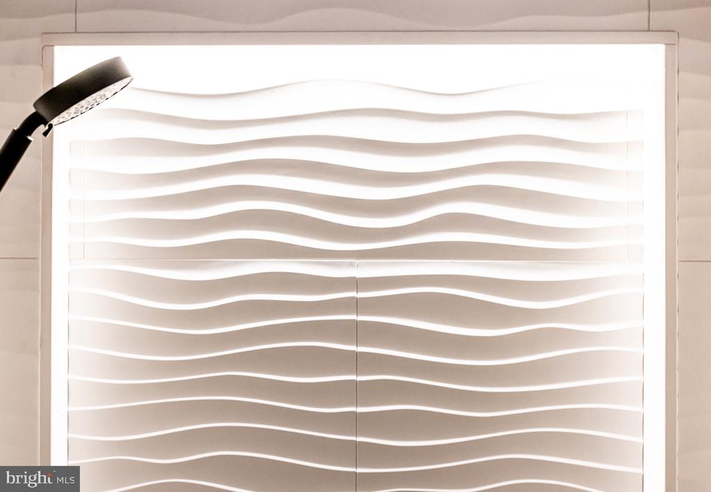 Shower niche with LED light - 1120 GUILFORD CT, MCLEAN