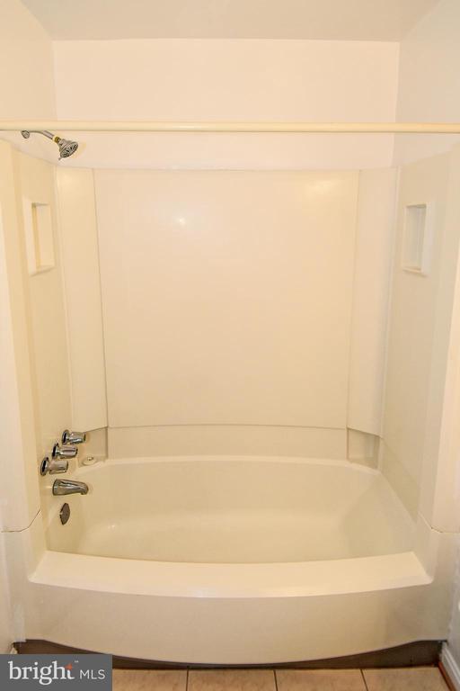 Tub/Shower combo in full bath on 2nd floor. - 6463 FENESTRA CT #50C, BURKE