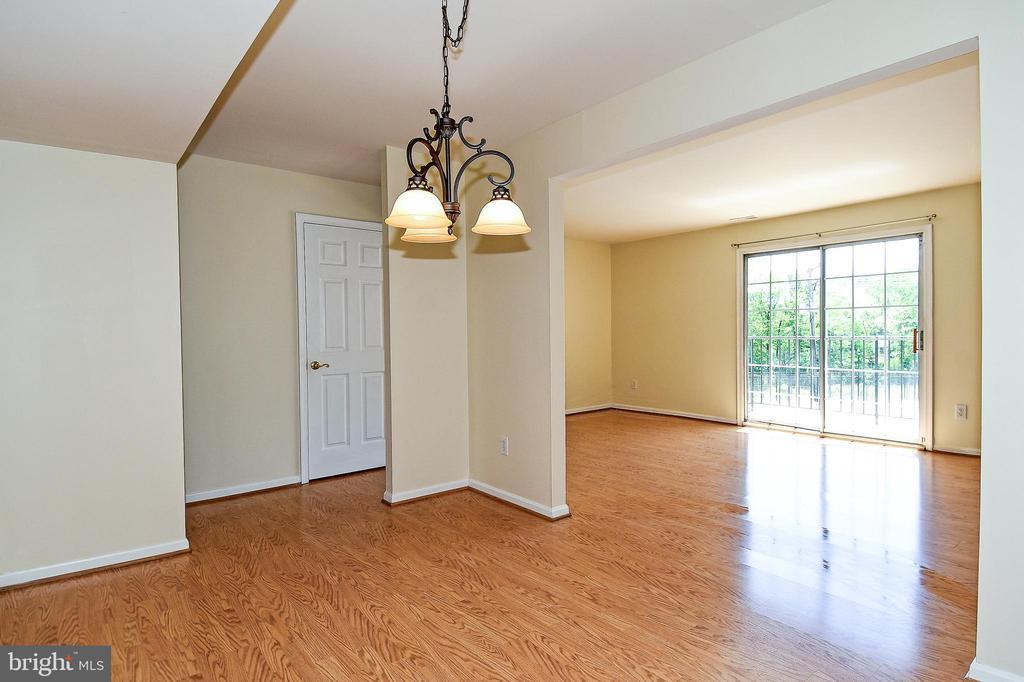 Beautiful chandelier in dining room! - 6463 FENESTRA CT #50C, BURKE