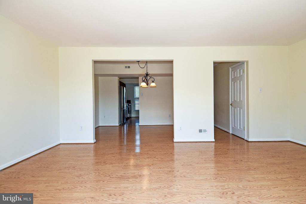Family  room flows into dining room and kitchen! - 6463 FENESTRA CT #50C, BURKE