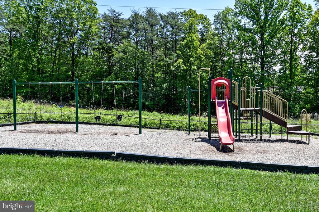 A big playground within a 3 minute walk! What fun! - 6463 FENESTRA CT #50C, BURKE