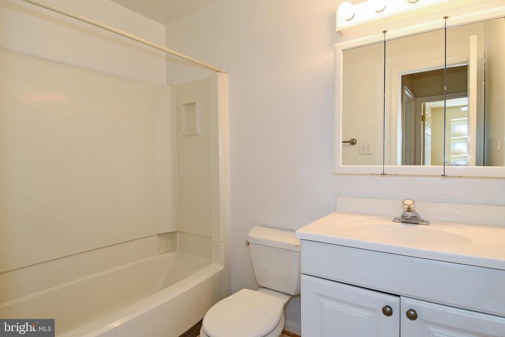 Full bathroom on 2nd floor. - 6463 FENESTRA CT #50C, BURKE