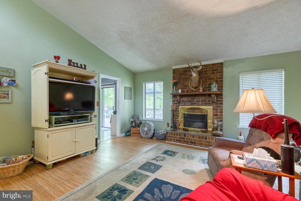 Living rmw/ wood fireplace - 323 CRUMP DR, RUTHER GLEN
