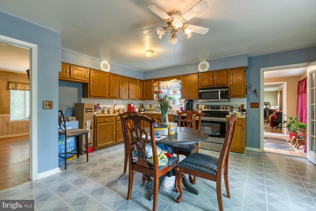 Large eat-in kitchen - 323 CRUMP DR, RUTHER GLEN