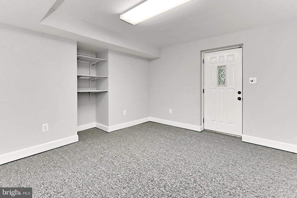 Hobby Rm with convenient walk-out to the backyard - 508 DRANESVILLE RD, HERNDON