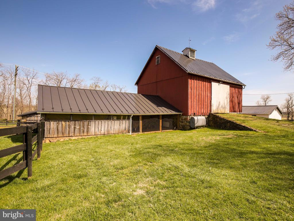 Bank barn with side storage area - 20775 AIRMONT RD, BLUEMONT