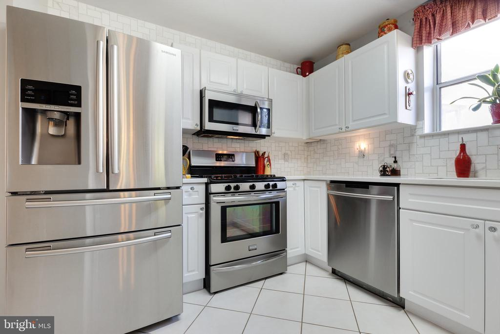 Updated Cabinets & Stainless Steel Appliances - 20576 SNOWSHOE SQ #101, ASHBURN