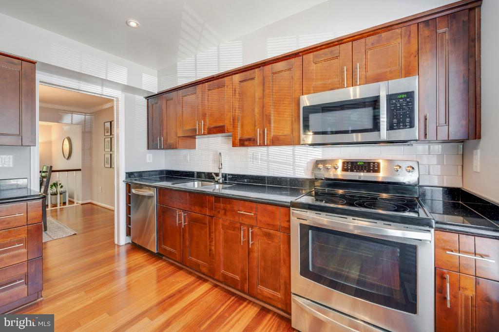 Stainless Steel appliances and hardwood flooring - 5752 HERITAGE HILL DR, ALEXANDRIA