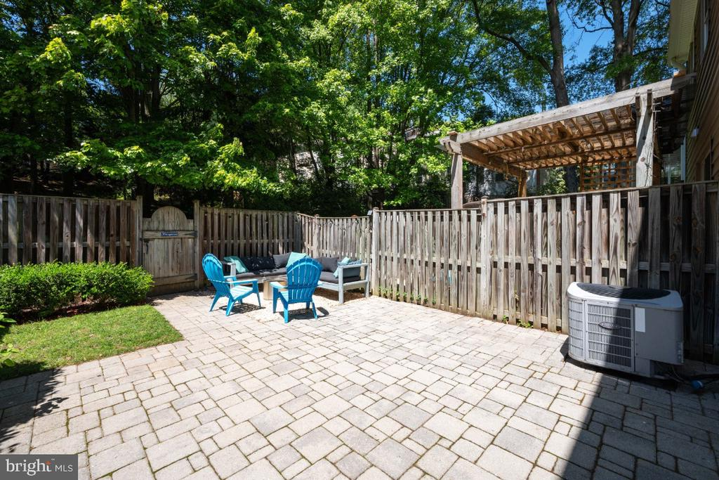 Fenced backyard that backs to common area - 5752 HERITAGE HILL DR, ALEXANDRIA