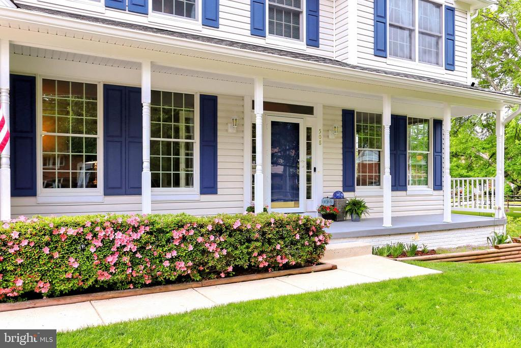 Classic front porch framed by beautiful plantings - 508 DRANESVILLE RD, HERNDON