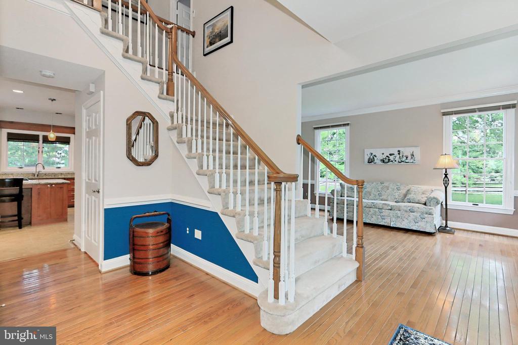 An open Foyer with warm hardwood floors - 508 DRANESVILLE RD, HERNDON