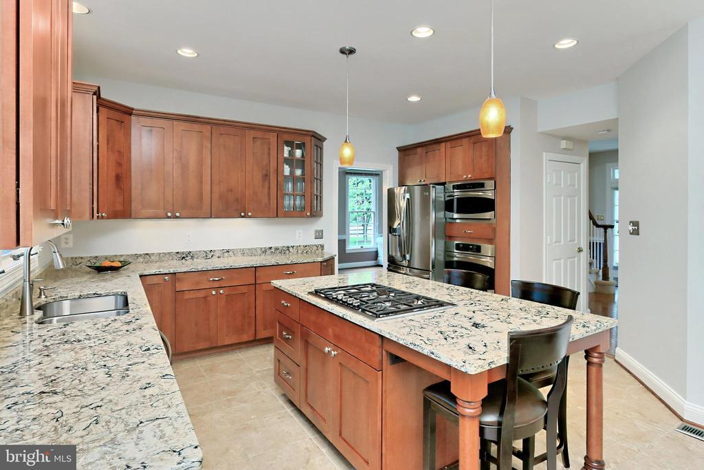 Kitchen island with 5 burner gas cooktop - 508 DRANESVILLE RD, HERNDON