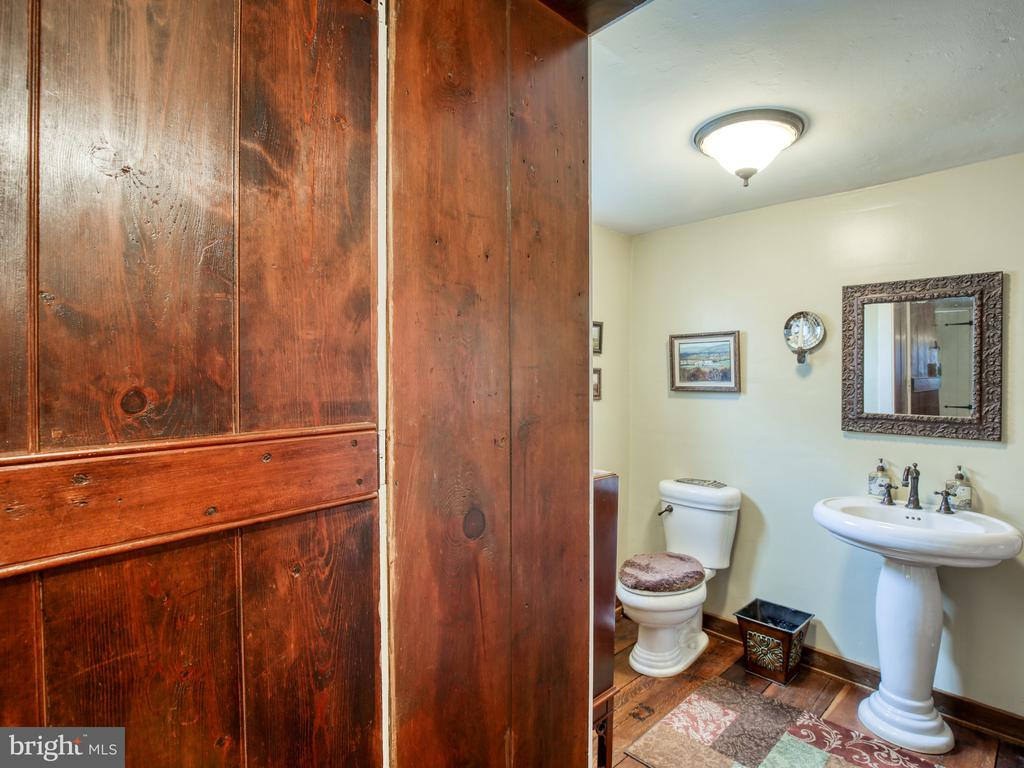 Half bath off dining room - 20775 AIRMONT RD, BLUEMONT