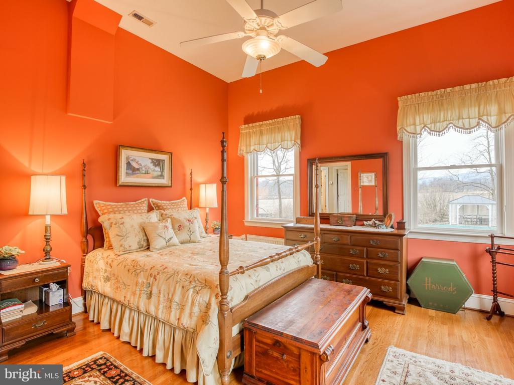 Master Bedroom on first floor - 20775 AIRMONT RD, BLUEMONT