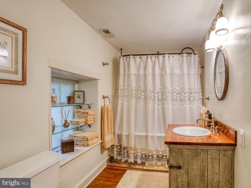 Bath 1 on second floor - 20775 AIRMONT RD, BLUEMONT